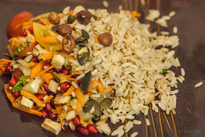 Salade improvisée riz complet, grenade et tofu