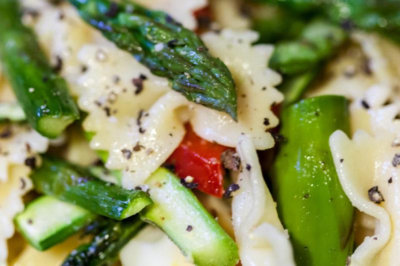salade de farfalles aux asperges vertes et poivron rouge charles cuisine. Black Bedroom Furniture Sets. Home Design Ideas